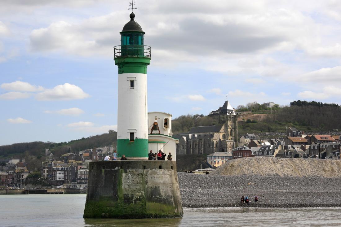 Le phare du Tréport et St Jacques derrière...