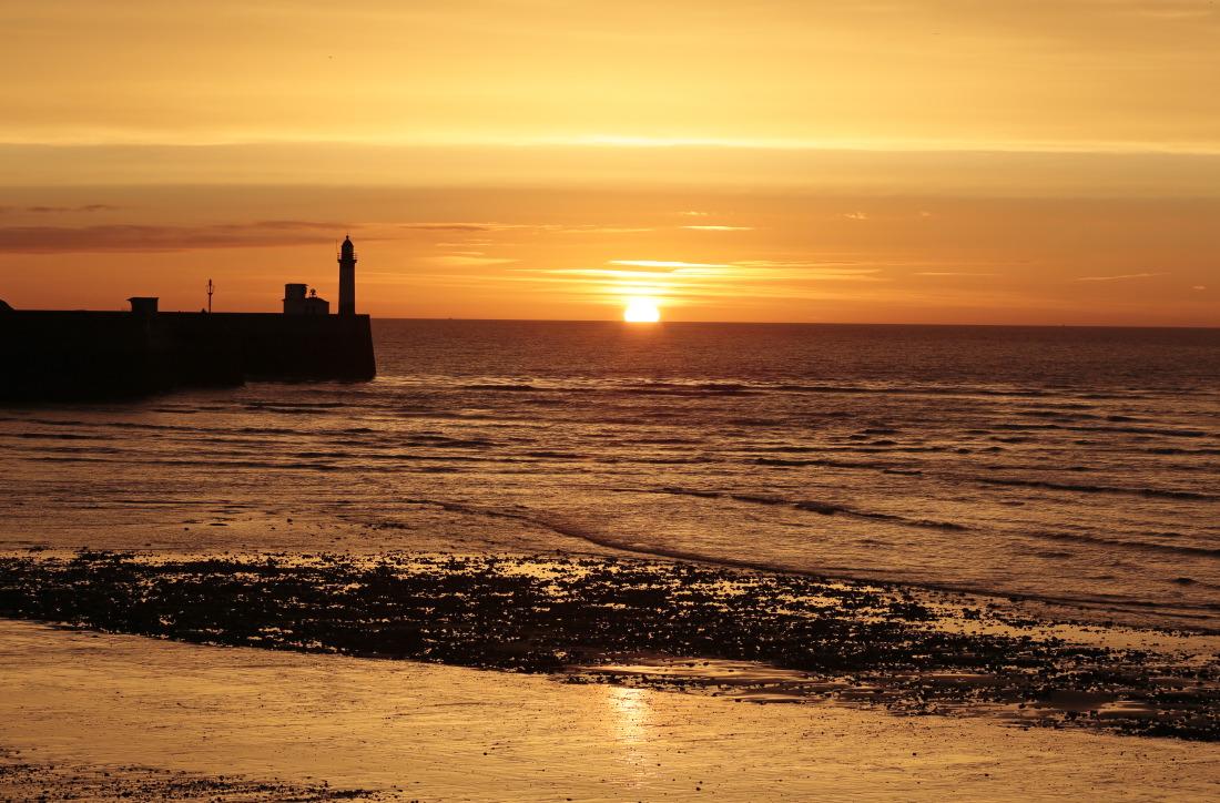 Le phare du Tréport au couchant, vu de Mers