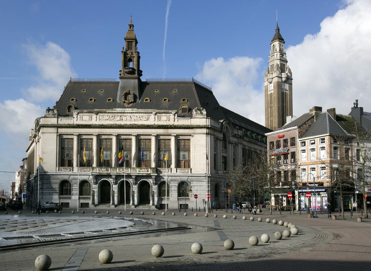 Hôtel de ville et son beffroi, place Charles II