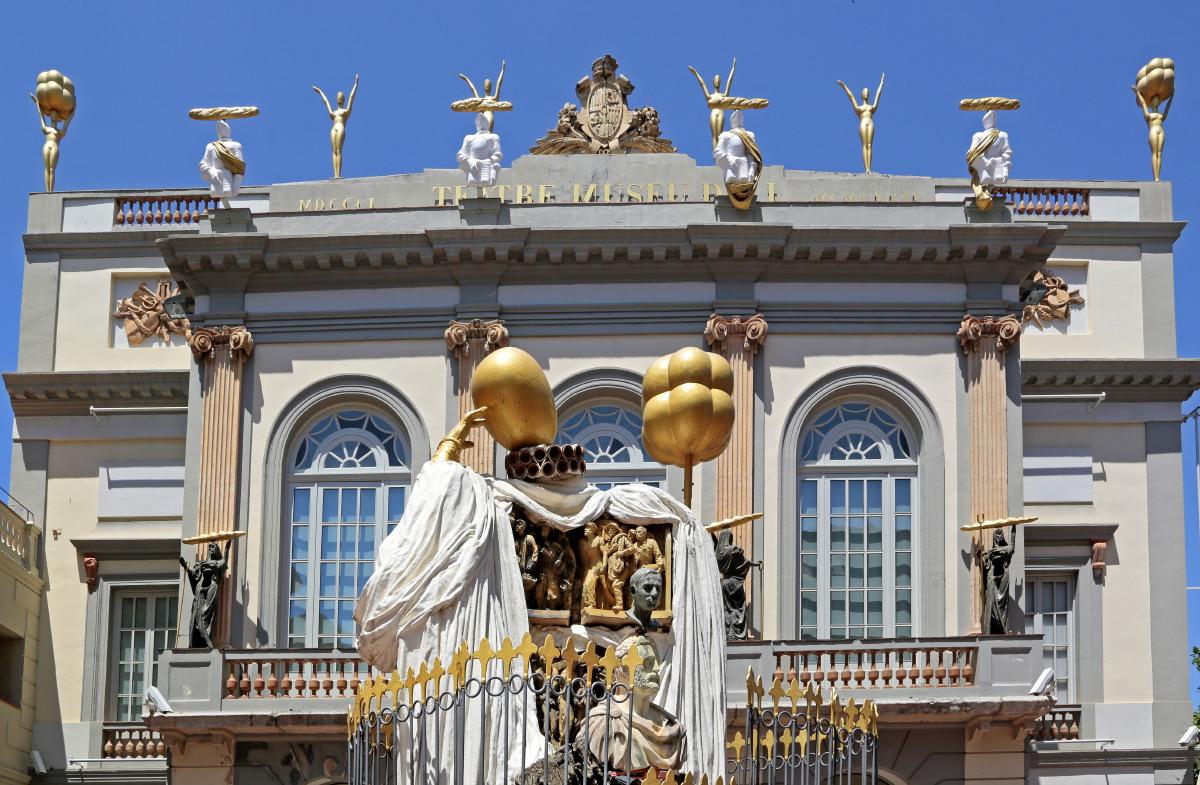 Façade du musée - théâtre de Salvador Dali à Figueres, Espagne