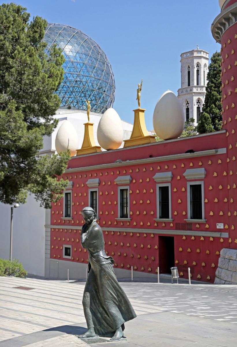 Gala devant les murailles rouges du Musée Dali de Figueras