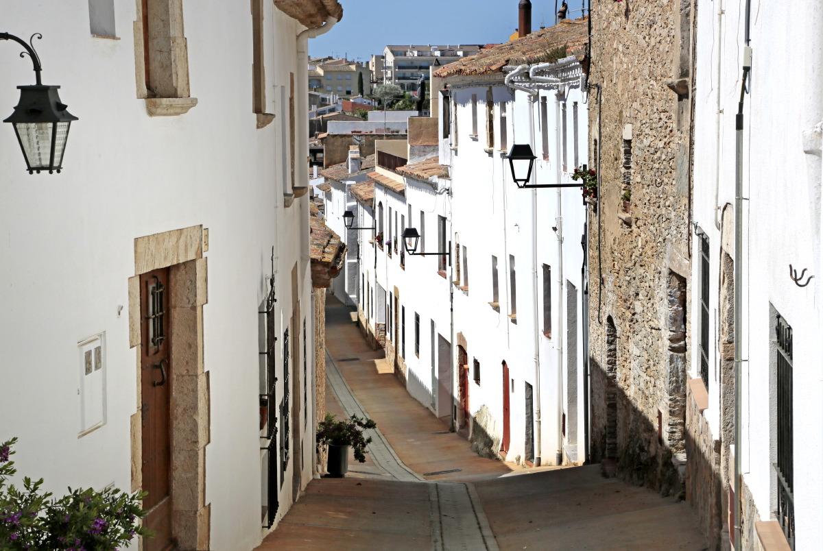 Costa Brava: ruelle du joli village de Bégur