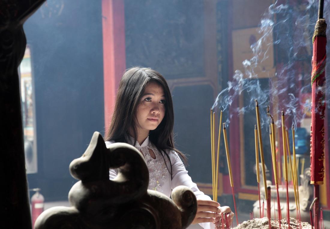 Jeune fille à la pagode Ha Chuong Hoi Quan