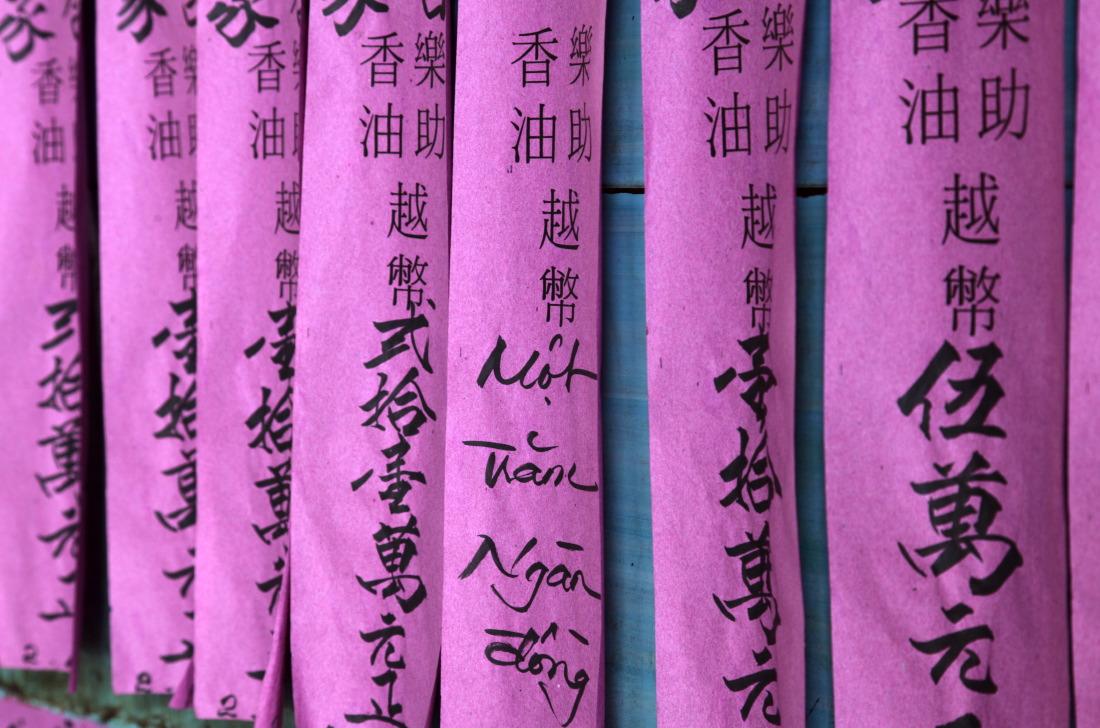 Papiers votifs dans la pagode Tue Thanh Hoi Quan