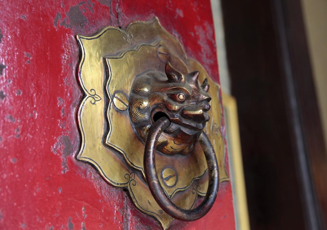 Imposantes portes de la pagode Tue Thanh Hoi Quan