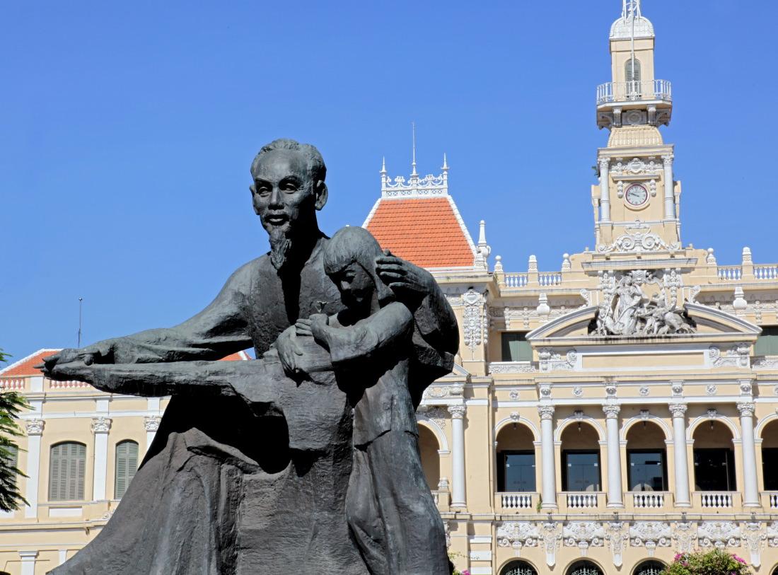 Puis juste en face, la statue de l'Oncle Ho