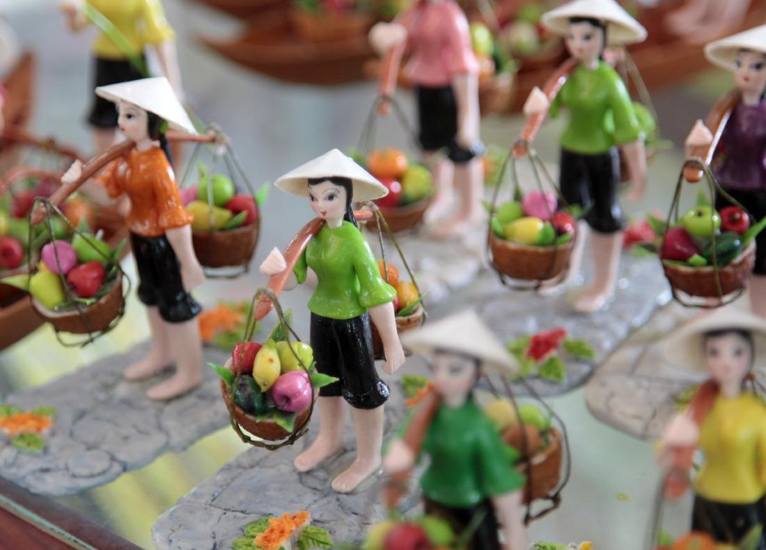 Marchand de figurines devant la poste