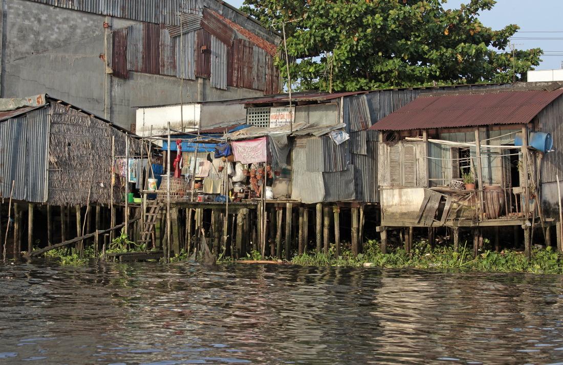 Les petites maisons en bord de fleuve près de CanTho