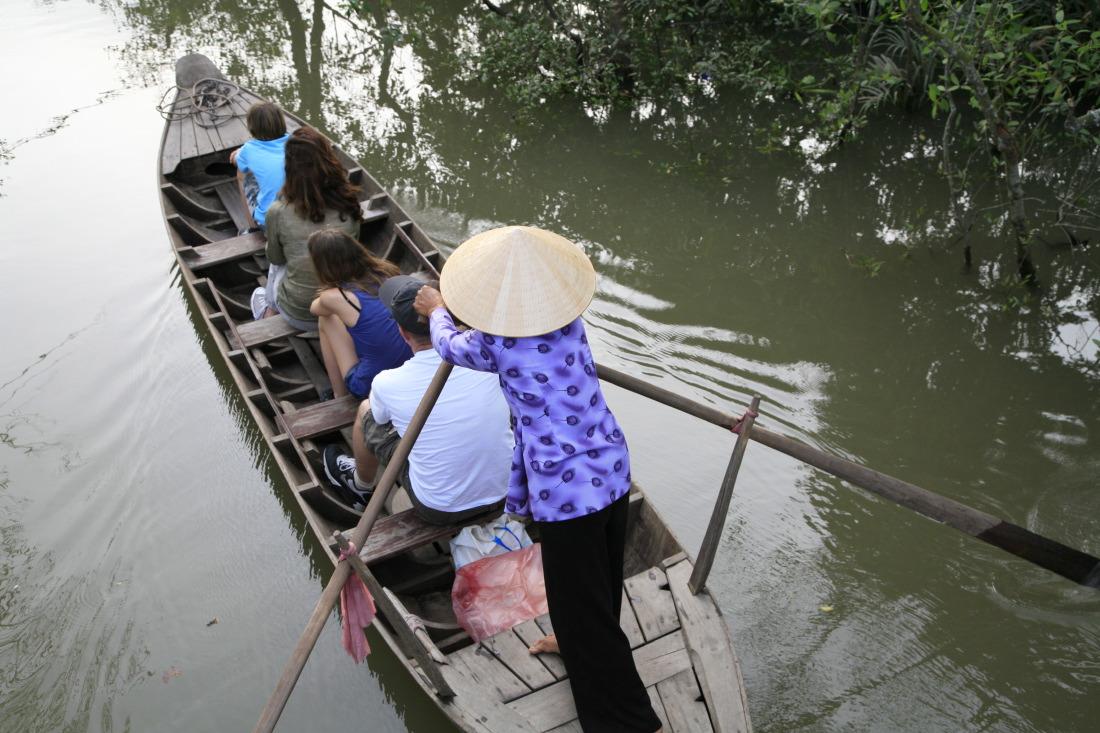 Touristes étrangers sur les canaux de Tân Phong
