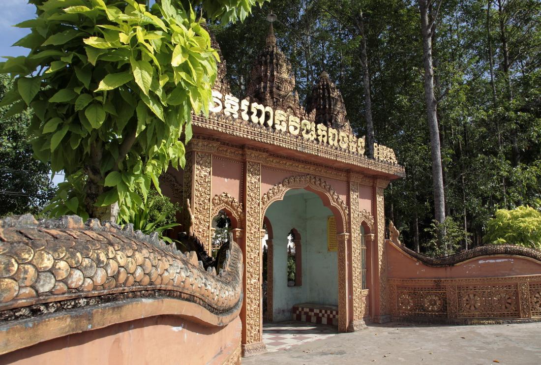Entrée d'un temple khmer sur les routes de TraVinh