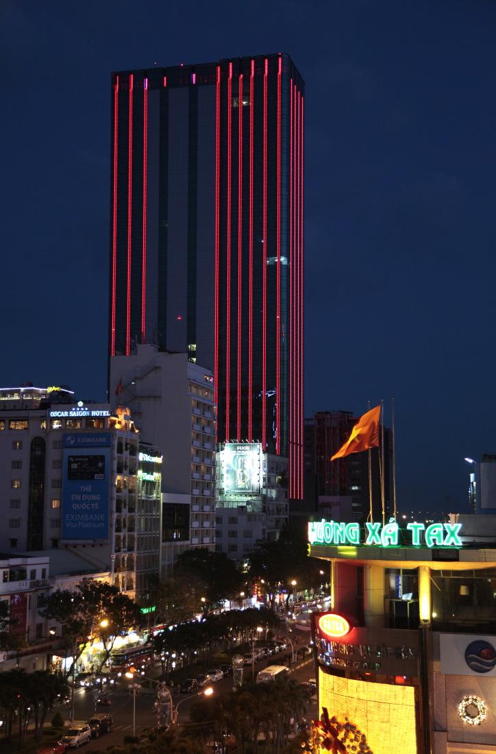 La nuit, vue du roof garden bar du Rex Hotel, HCMV