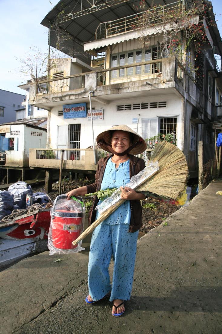 Fière de ses achats sur le marché de Caibe!