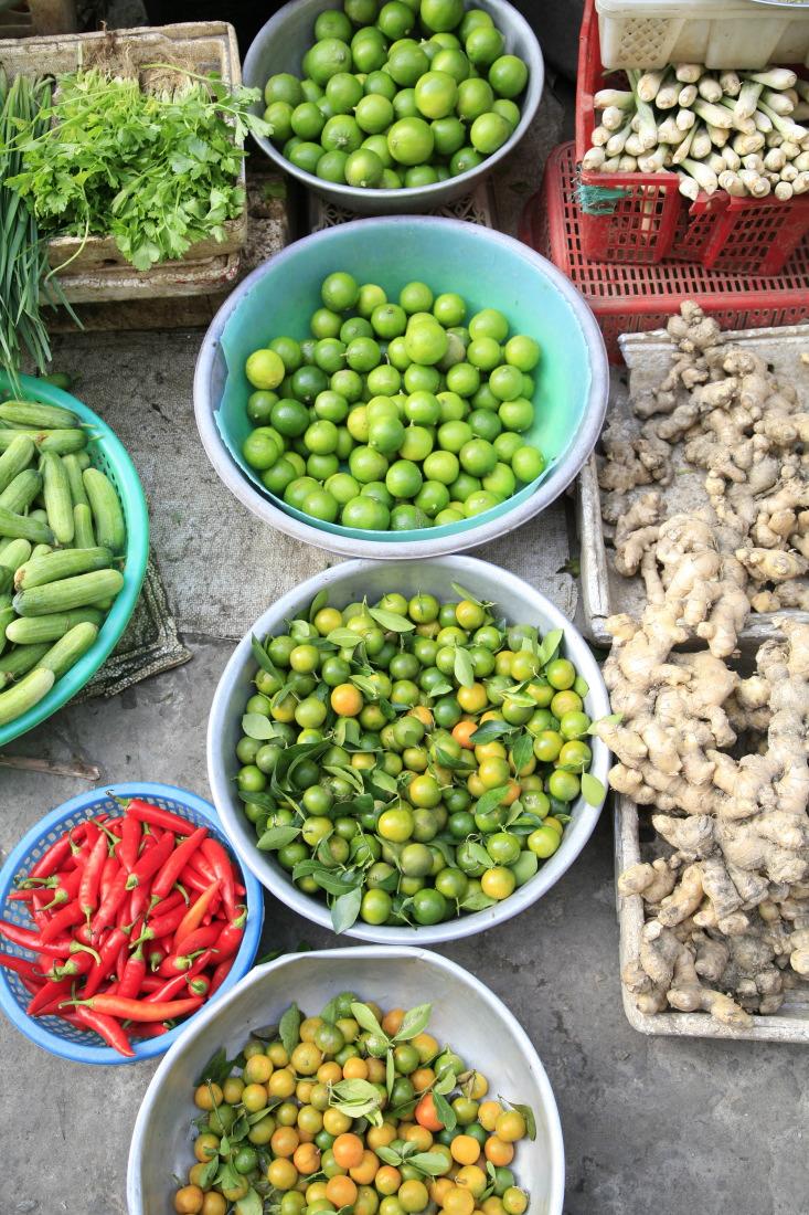 fruits, légumes, épices, racines, baies... sur le marché de Caibe