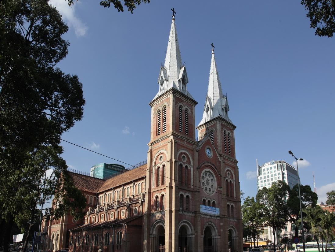 Un vestige majeur de l'époque coloniale française, la Cathédrale Notre-Dame de Saigon