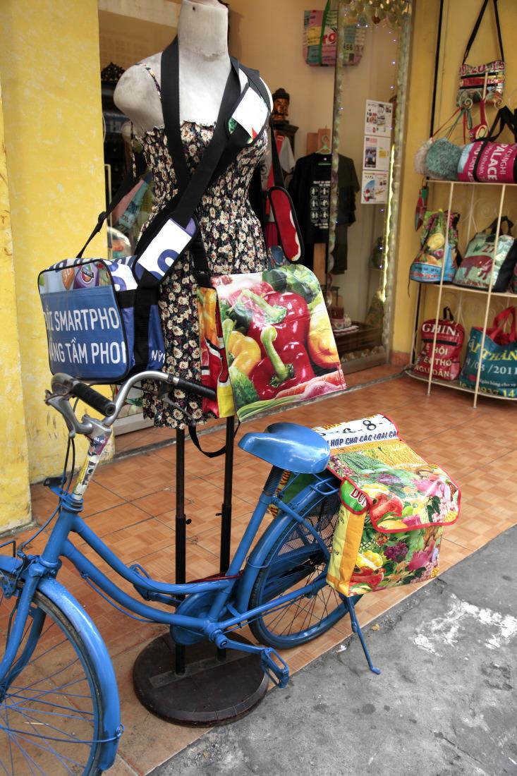 Les petites boutiques pour backpackers dans Pham Ngu Lao Street. District 1