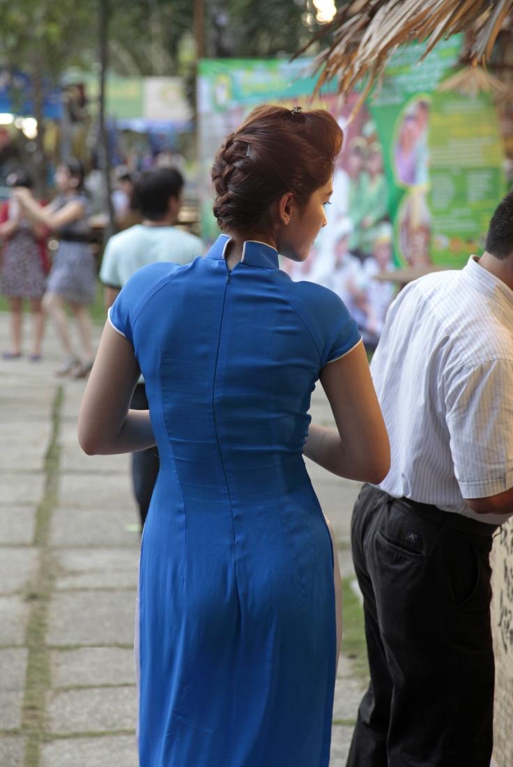 Les silhouettes des jolies femmes en Ao Dai à HCMV
