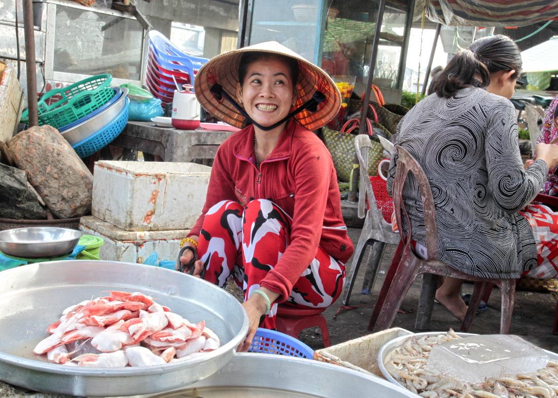 Marchande de poissons sur le marché de CaiBe
