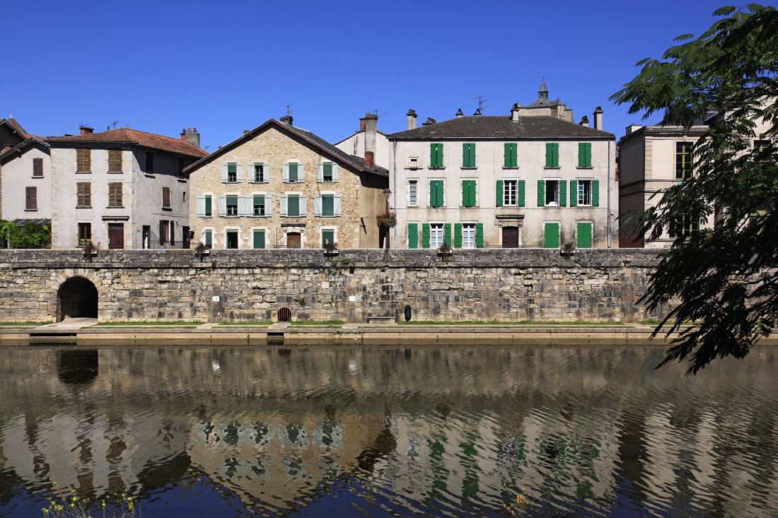 Villefranche de Rouergue sur les rives de l'Aveyron