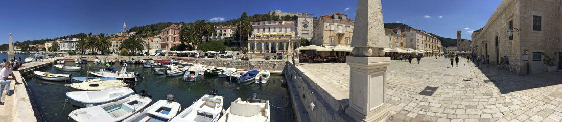 Arrivée en bateau dans le port de Hvar