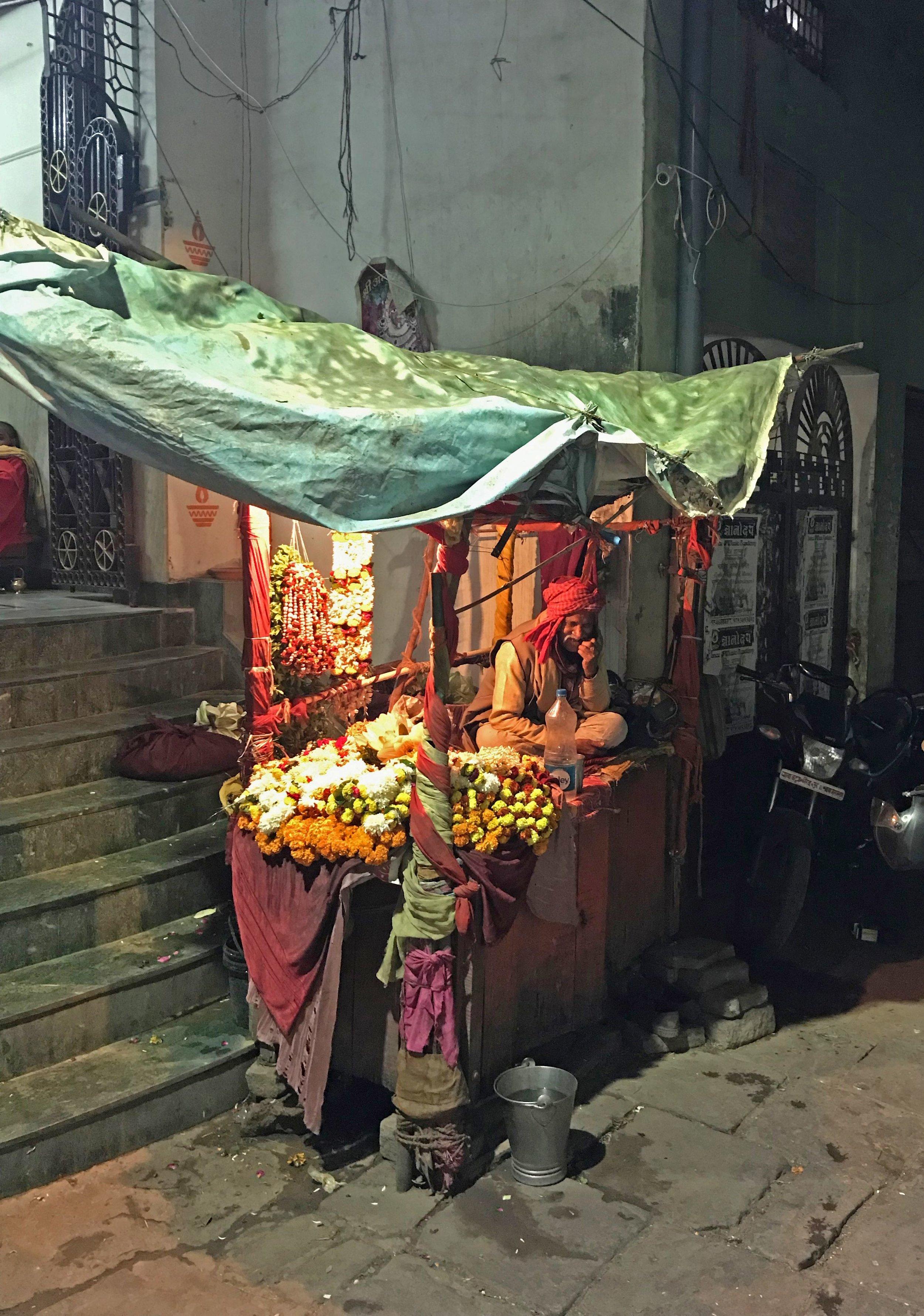 Dépanneur de nuit à Varanasi. © CF Focquet