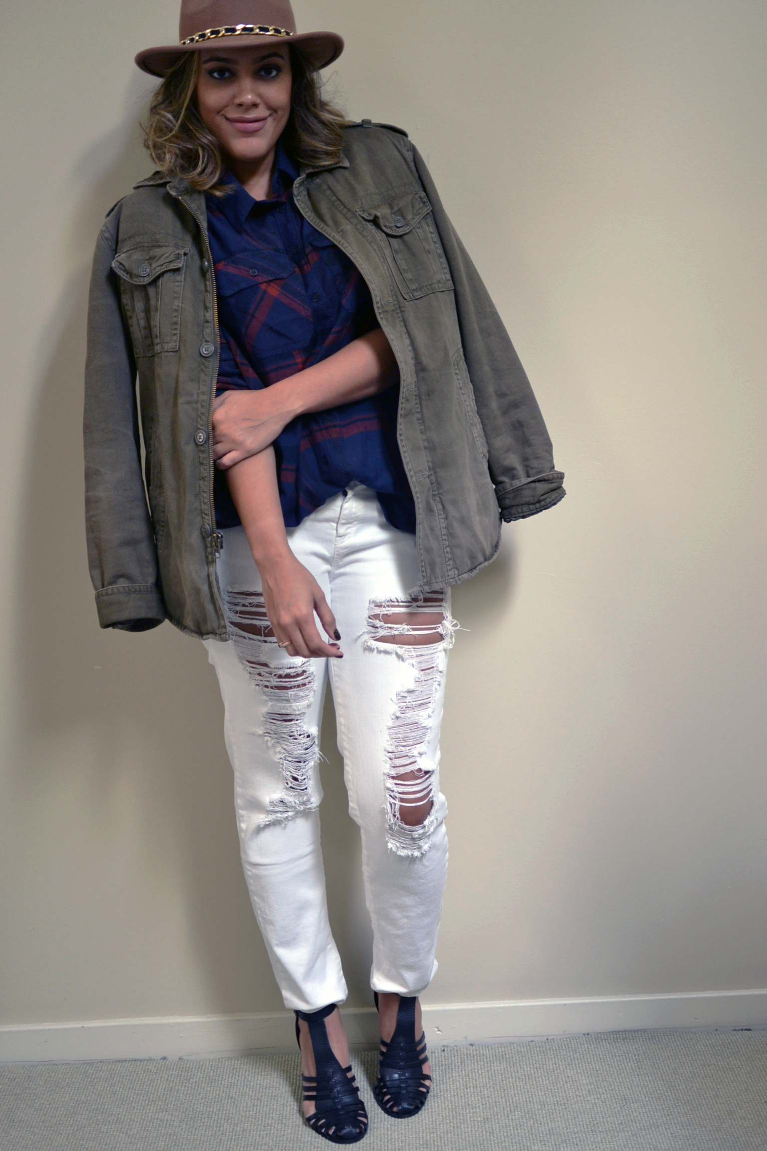 how-to-summer-to-fall-wardrobe-wear-white-jeans-for-fall-zara-jellies-anorak-urban-outfitters-plaid-shirt.jpg
