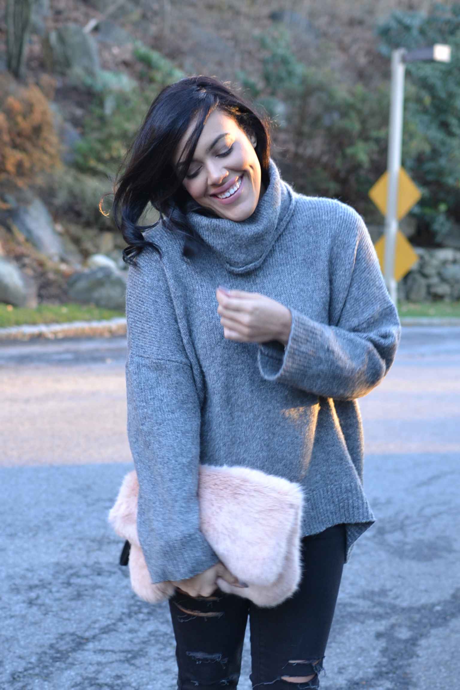 how-to-wear-grey-and-black-american-eagle-jeans-river-island-fur-clutch.jpg