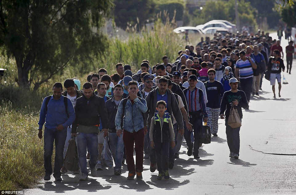 Migrants_Hundreds_of_men_women_and_children_make_their_way_to_te-a-1_1432660184302.jpg