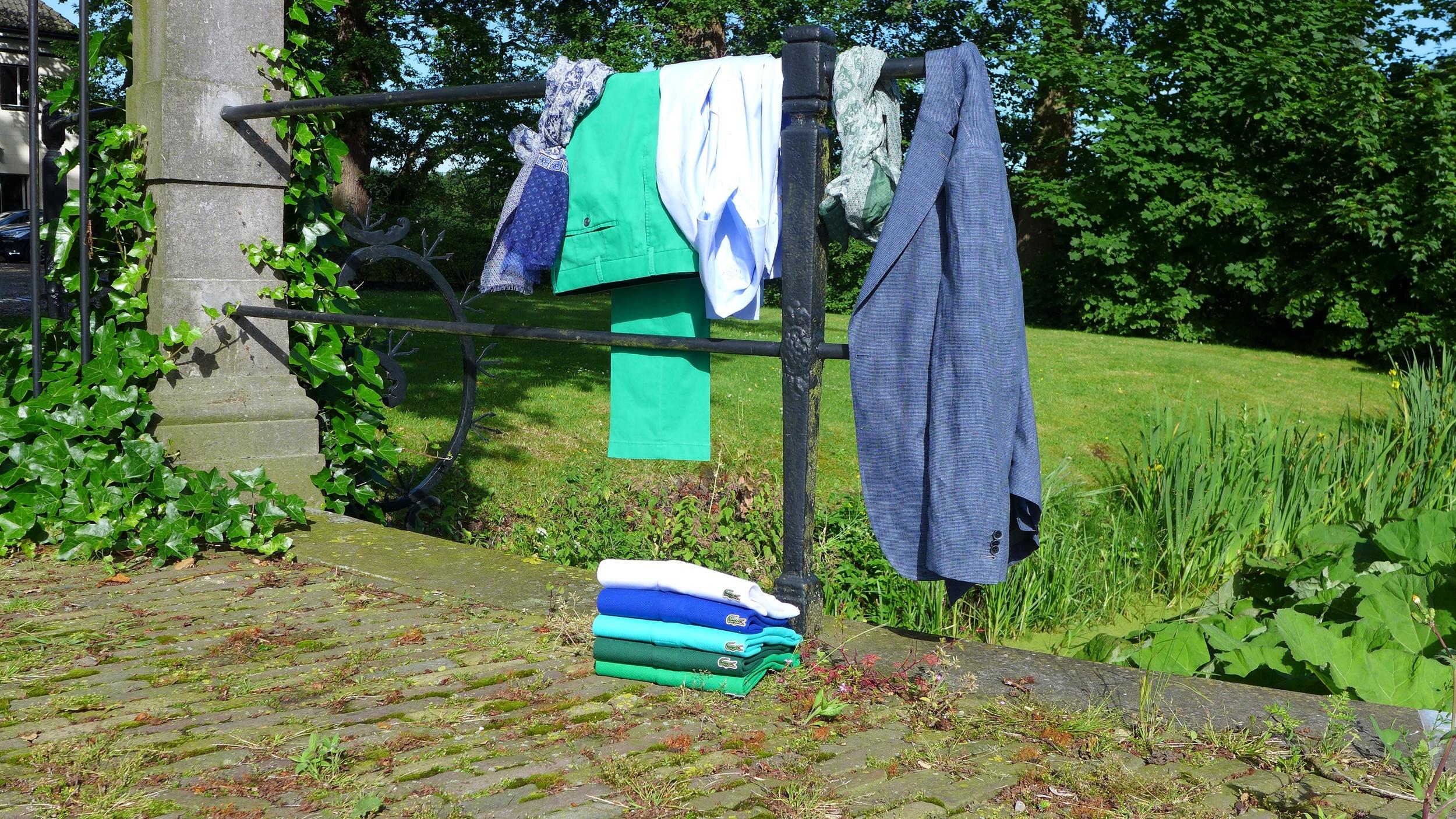 Een combinatie van ongeconstrueerd maatwerk colbert, van Laack buttondown overhemd, casual pantalon van Hiltl en lacoste polo