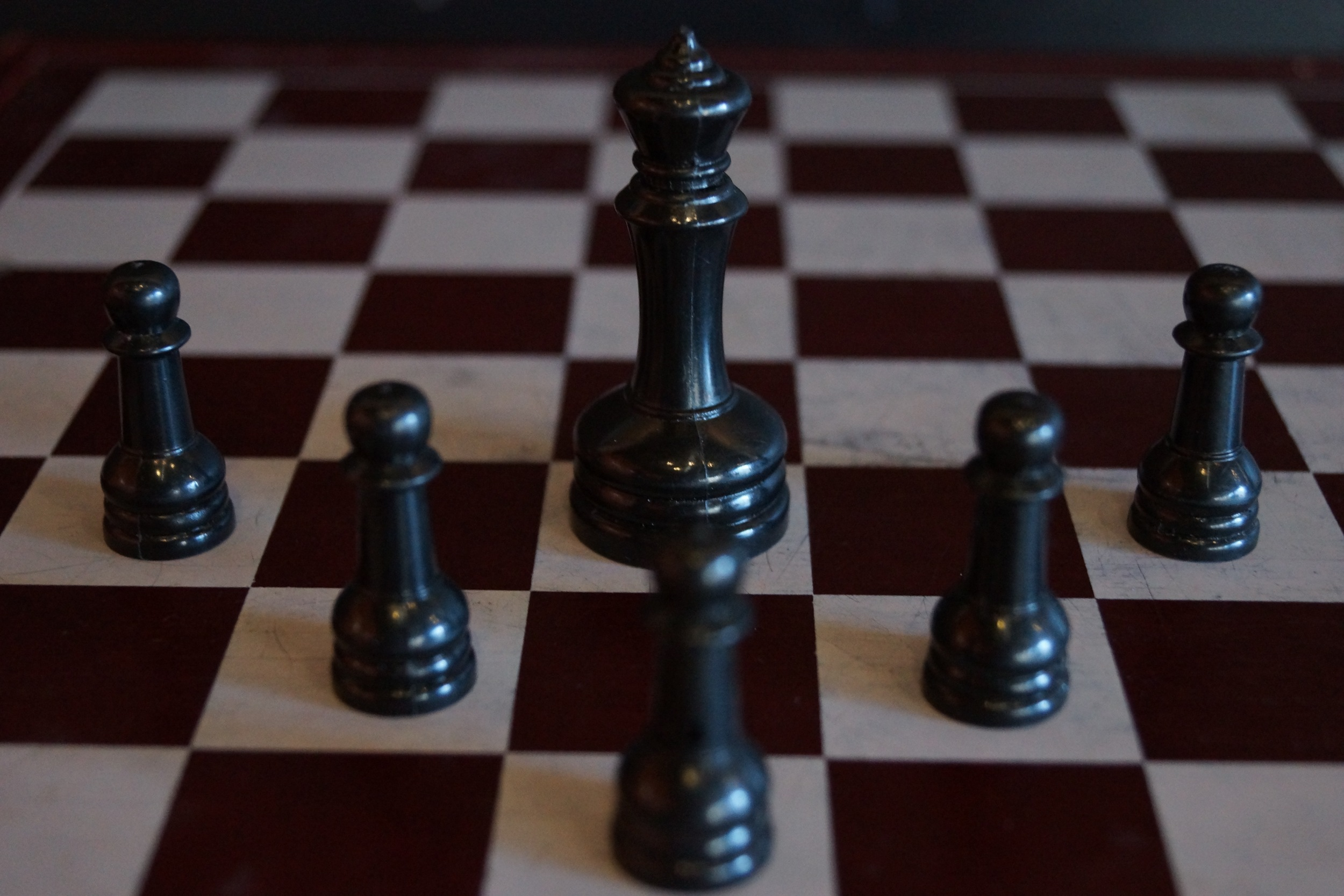 Pawns protect the king in the oxidative hierarchy
