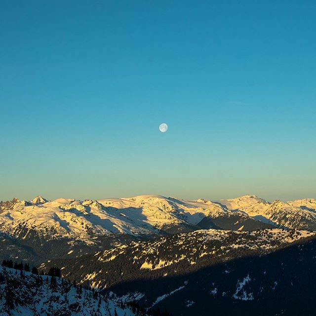 Sun coming up while the moon goes down yesterday morning @whistlerblackcomb #deepwinter