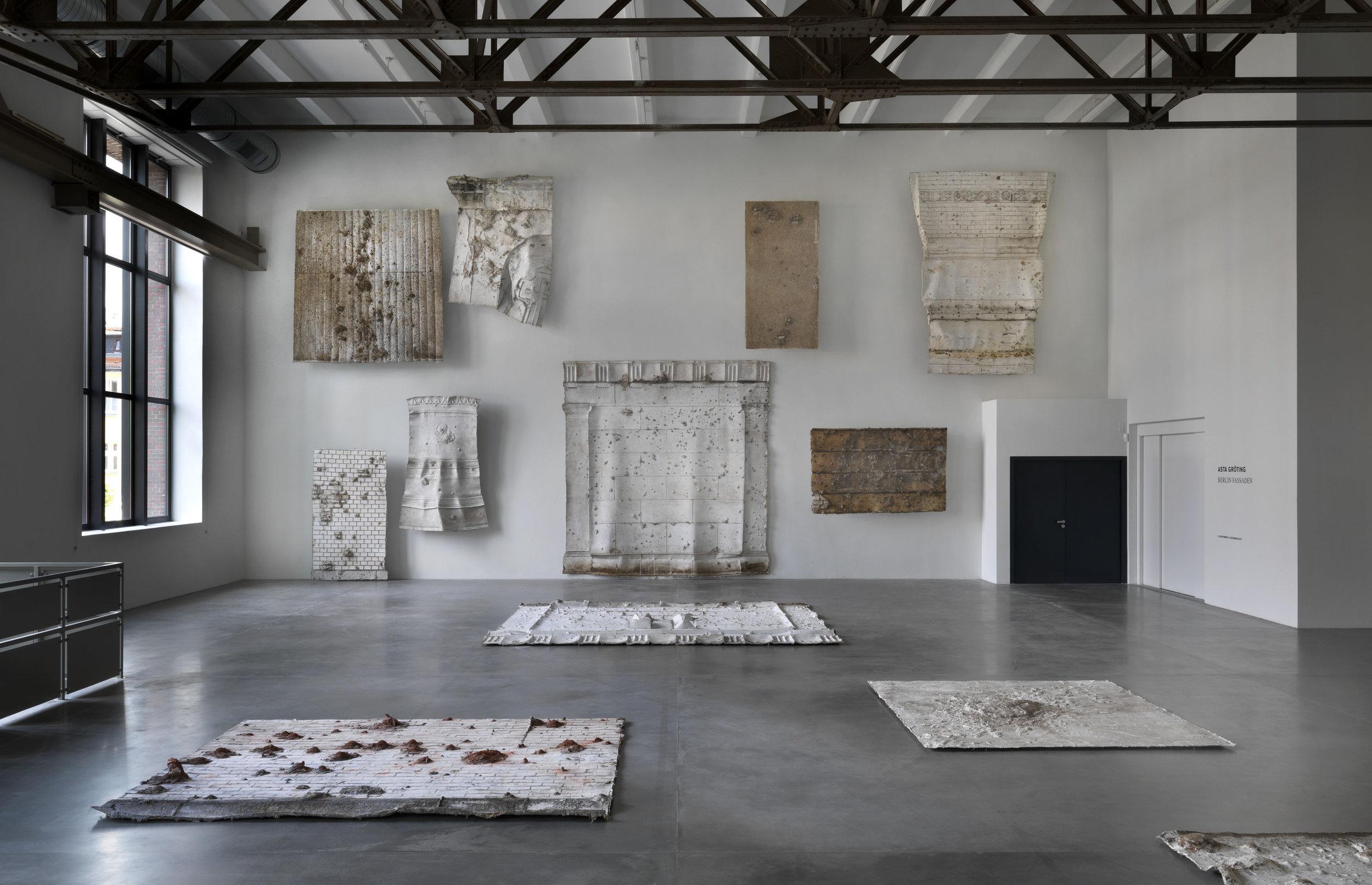 Asta Gröting  Berlin Fassaden , Ausstellungsansicht KINDL – Zentrum für zeitgenössische Kunst, Berlin (10. September – 3. Dezember 2017); © Asta Gröting / VG BILD-KUNST, Bonn 2017; Foto: Jens Ziehe