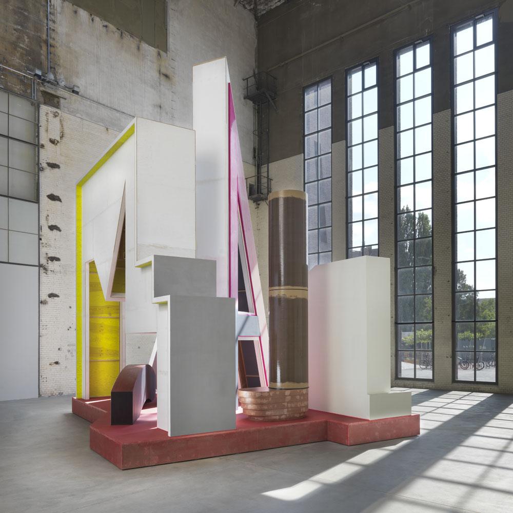 Thomas Scheibitz  Plateau mit Halbfigur,  Installationsansicht KINDL – Zentrum für zeitgenössische Kunst, Berlin (9. September 2018 – 12. Mai 2019) ; © Thomas Scheibitz / VG BILD-KUNST, Bonn, 2018; Foto: Jens Ziehe
