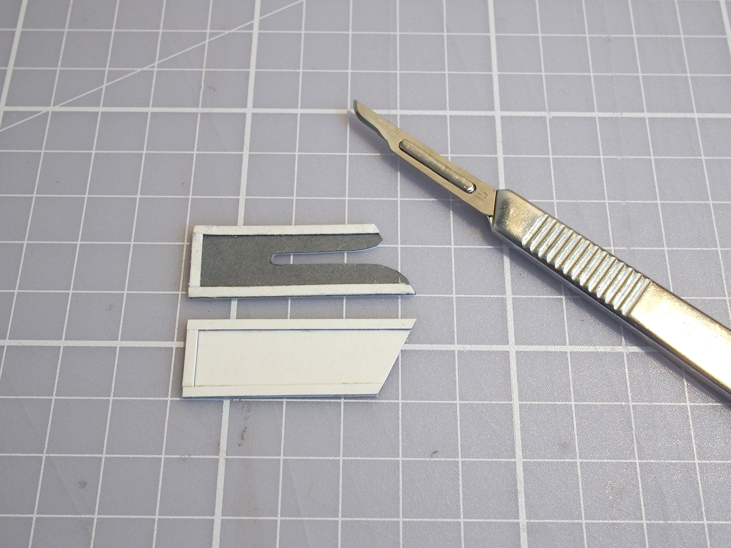 Then I  glued little strips of card on each side; together they account for the thickness of the blade/handle.
