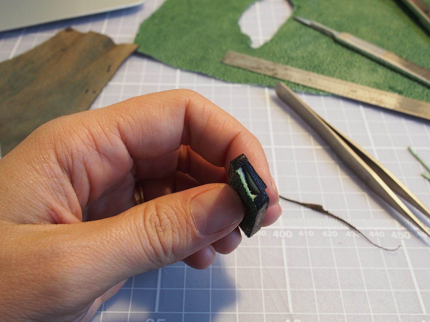 I cut two tiny skinny strips to put on the edge of the shagreen (here there's no card to support in the middle).