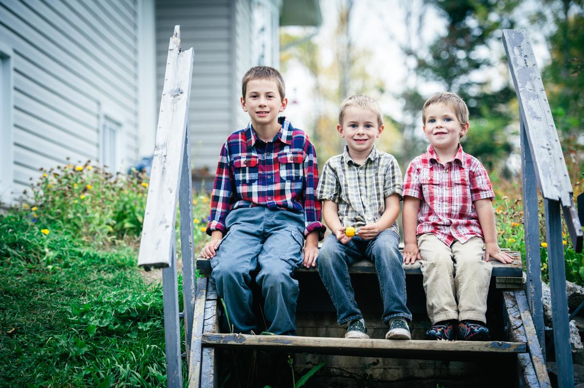 3boys_sitting_on_steps