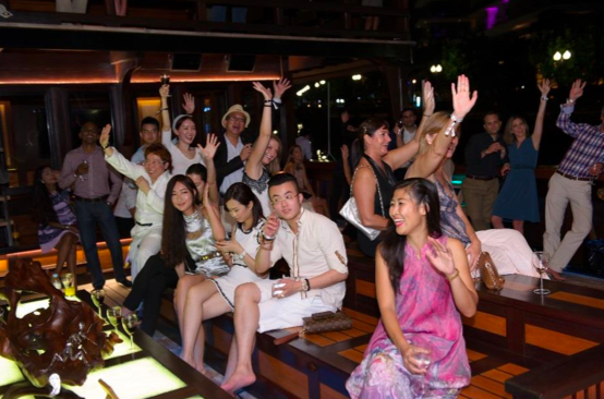 ...they were treated to a relaxing evening  by the Indonesian yacht's owners themselves.
