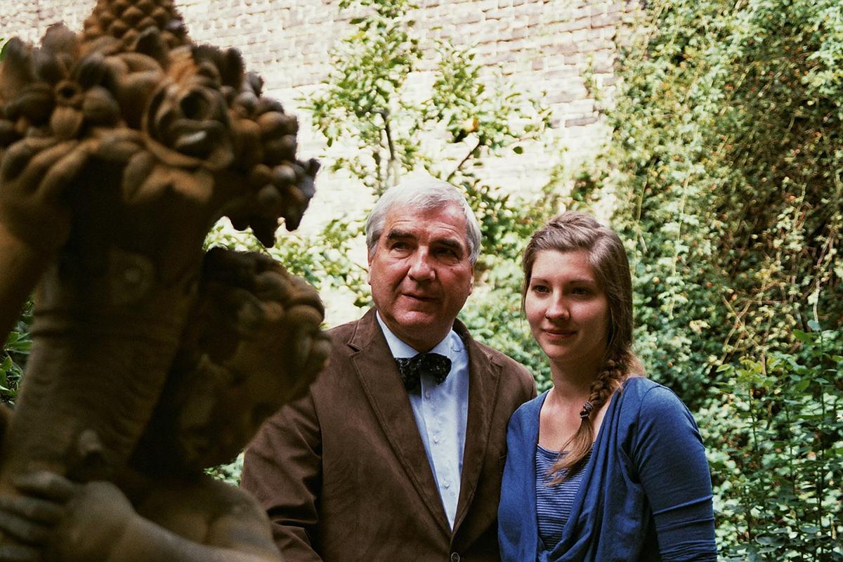 Regisseurin Maren Heyn mit Vater Hauke Heyn und Skulptur Opa Rolf Heyn