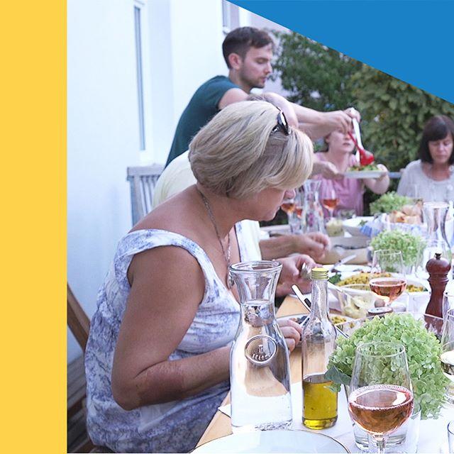 Filmstill 2018 (2/2) Der Samstag neigt sich dem Ende zu und auch wenn wir uns nicht, wie auf dem Bild, zum #Grillen treffen, so genießen wir die letzten #Sonnenstrahlen. Noch 29 Stunden und 5% die wir noch zusammen bekommen müssen… Ihr macht es aber auch spannend . . . #whenim67 #wohnenimalter #cohousing #knallrotfilme #dokumentarfilm #bergkirchenviertel #wiesbaden #startnext #crowdfundingkampagne #wiewillstduleben #gemeinsamkönnenwiresschaffen #esbleibtspannend