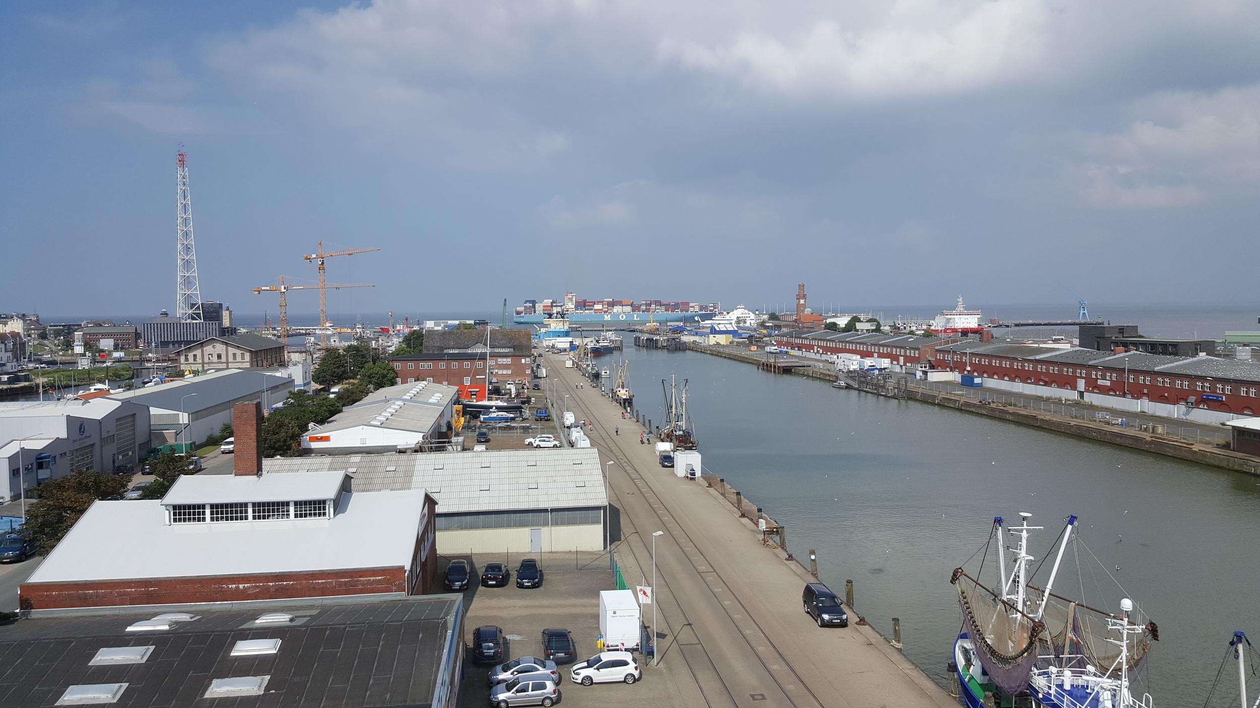 What a big MOL ship passing by along its way to Hamburg!