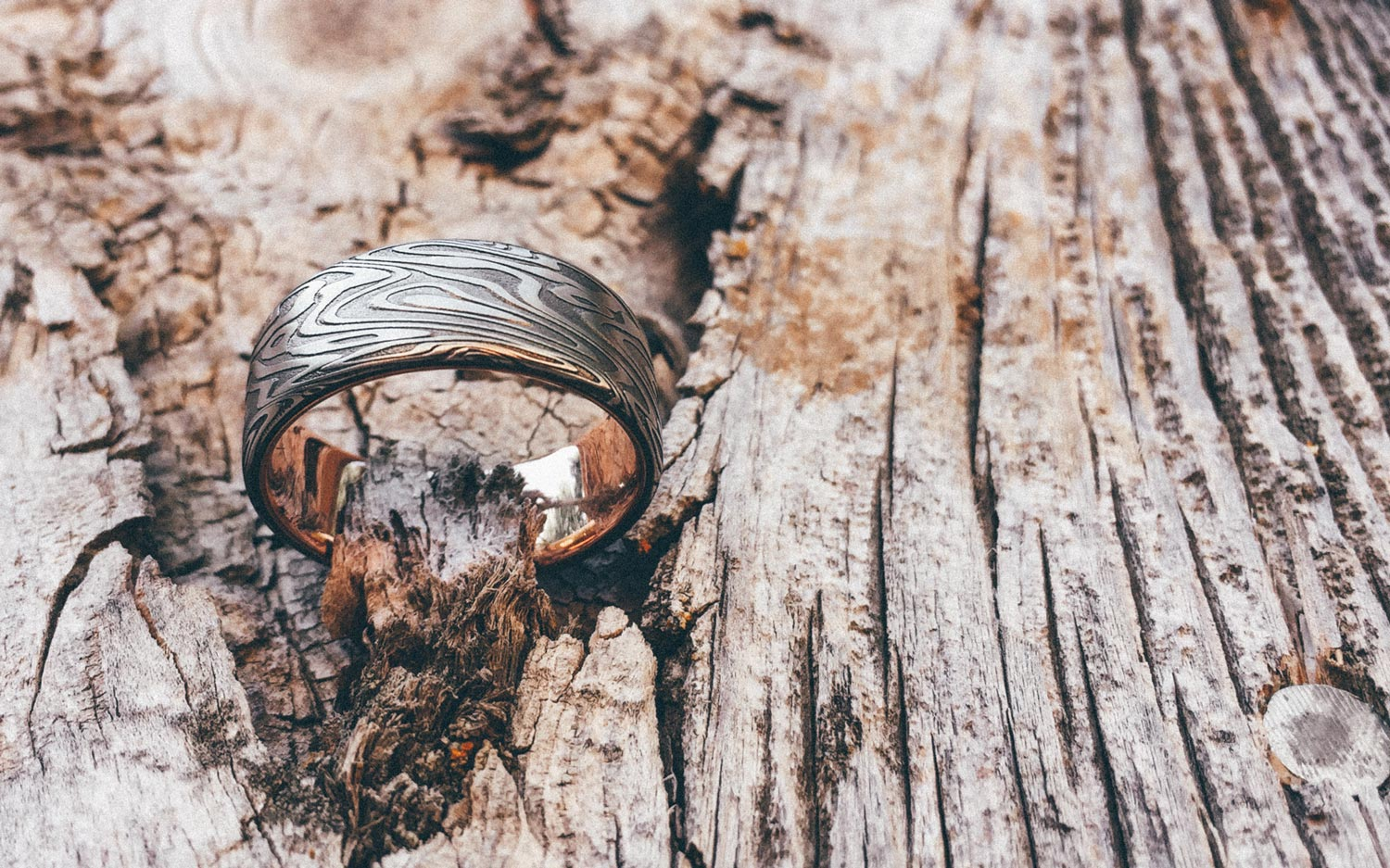 Wood grain patterned Damascus Steel Ring with rose gold liner and light Fire Oxide –  ORGANIC WOOD