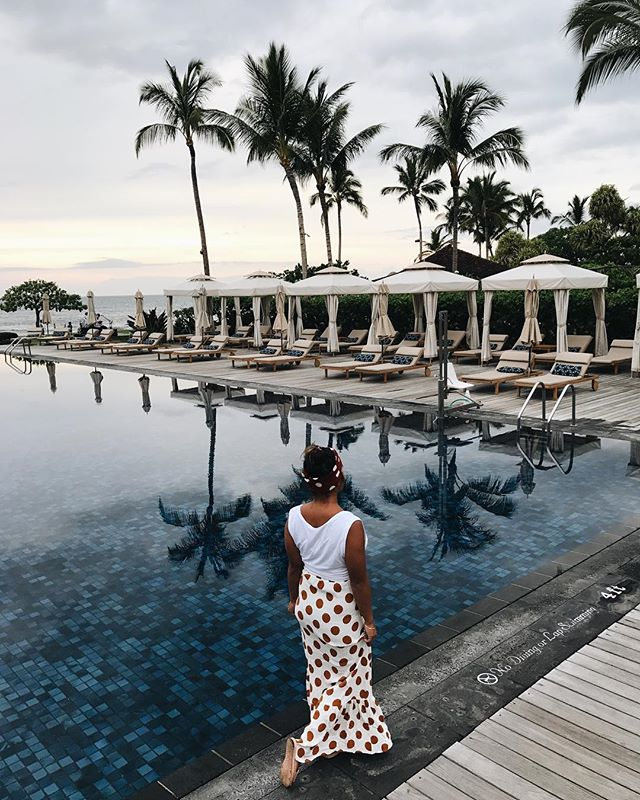 Evening walks to dinner at Beach Tree.  Check out my story for a live feed of my stay so far! @fshualalai
