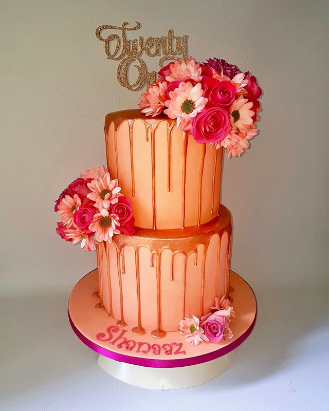 #21stbirthdaycake #specialoccasioncake#dripcake#freshflowercake