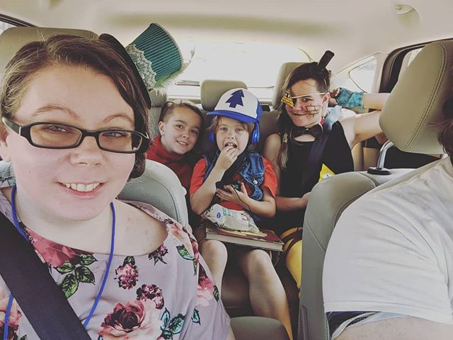 Our last day at #momocon I'm so thankful we bought tickets in advance so we could still go.. --- --- --- #AZAStudio #cosplay #gravityfalls #dipperpines #mablepines #billcypher