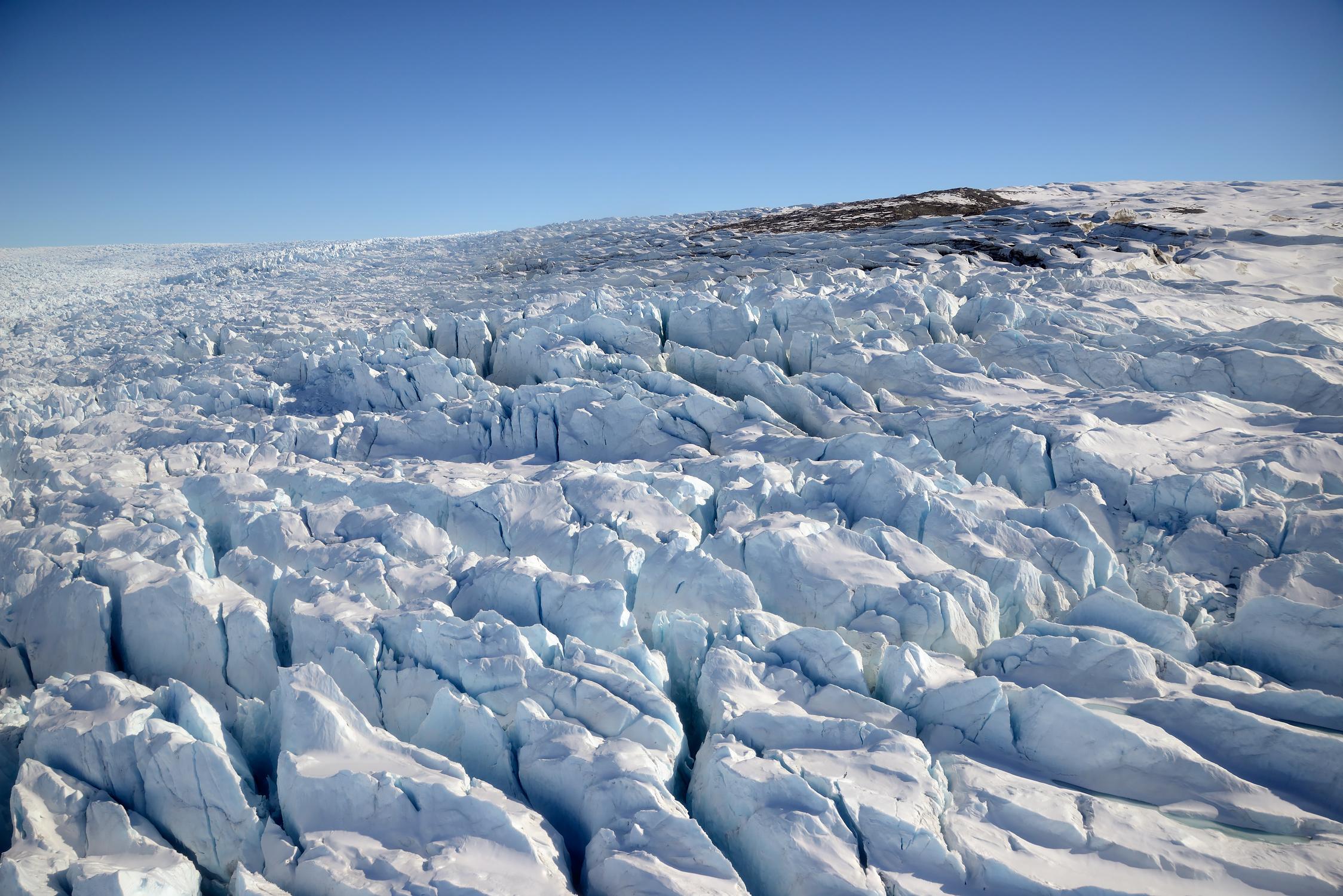 Eis-Strukturen nahe der Seitenmoräne, aus dem Fenster des startenden Helikopters fotografiert