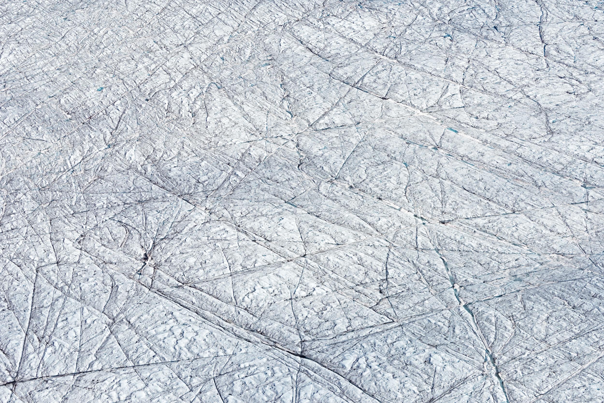 Strukturen auf dem Grönländischen Inlandeis, aus dem Fenster eines Kleinflugzeugs aufgenommen. Würde ich mit einer Drohne in der Lage sein, ähnliche Motive noch intensiver ins Auge zu fassen?