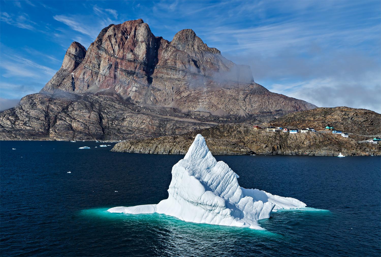 Ein Eisberg vor der Insel Uummannaq (Grönland). Standort des Fotografen: am Ufer jenseits des Eisbergs. Kamera: DJI Zenmuse X7 an DJI Inspire 2 Drohne, Objektiv: DJI DL 35mm F2.8 LS ASPH