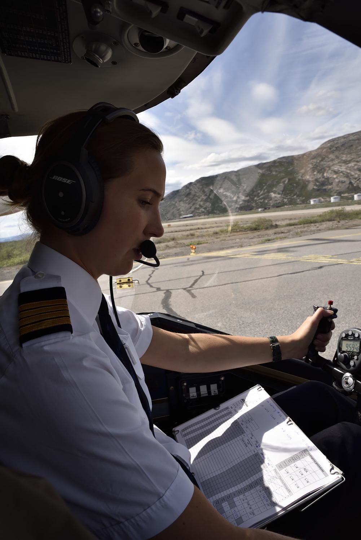 Hochkonzentriert: die Pilotin beim Check vor dem Start