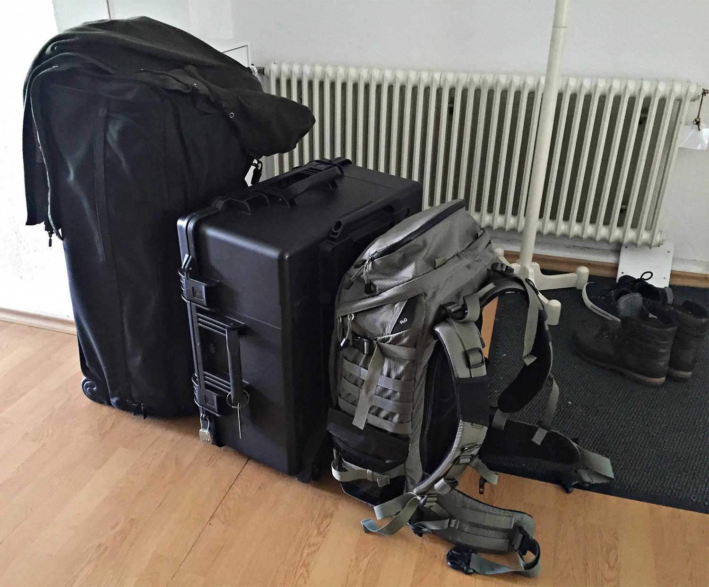 Es gibt nichts geschenkt: Wenn man zusätzlich zu normalem Reisegepäck und einem Fotorucksack eine professionelle Drohne mitnehmen will, sollte man darauf gefasst sein, dass man insgesamt über 60 kg Gepäck mit sich herumschleppt.