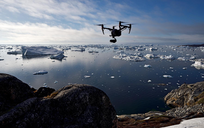 Ein Copter der DJI Inspire-Serie über den Eisbergen Grönlands. In diesem Artikel geht es um die Herausforderungen beim Transport der Flugausrüstung an abgelegene Locations.