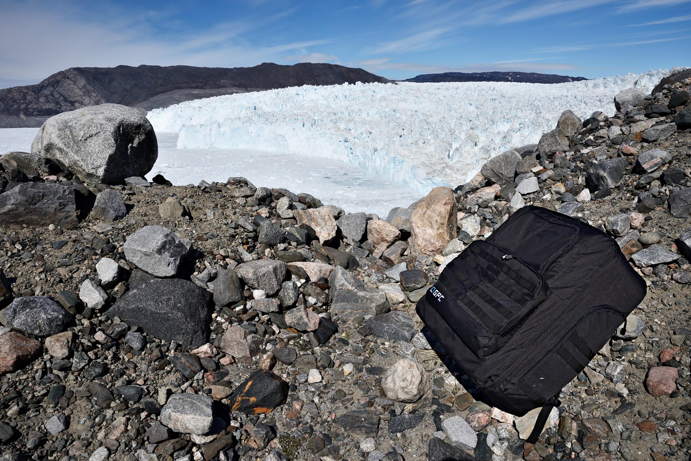 Mit dem GPC Inspire 2 Rucksack machen auch stundenlange Wanderungen (wie hier auf die Seitenmoräne des Eqi-Gletschers) Spaß.